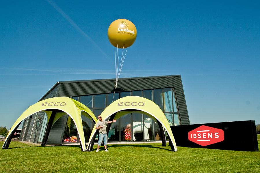 Stor reklameballon med helium og logo