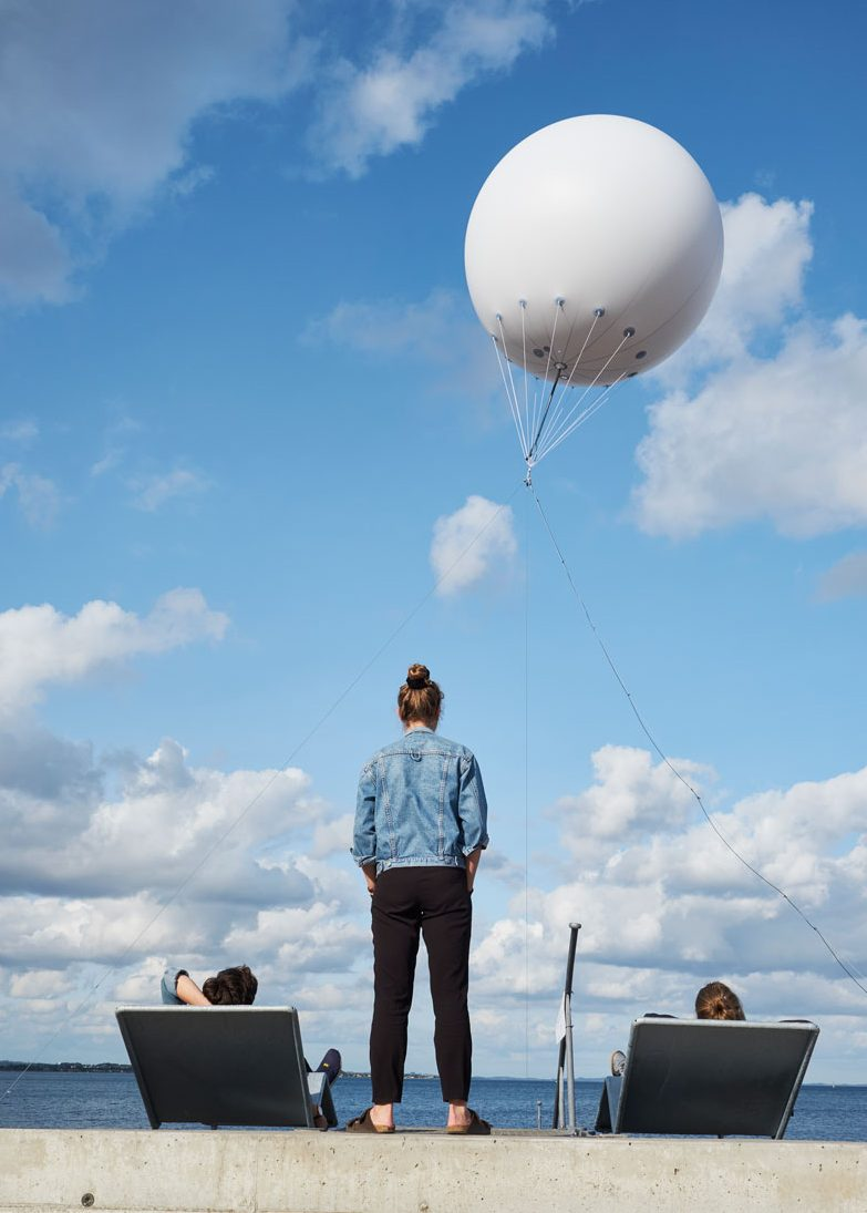Stor heliumballon med lys pryder Aarhus Festuge
